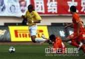 图文:[中超]青岛2-1陕西 双方外援碰撞
