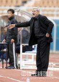 图文:[中超]青岛2-1陕西 桑尼指挥队员
