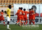 图文:[中超]青岛2-1陕西 青岛队员庆祝进球