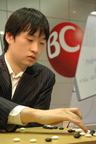 图文:BC卡杯决赛赵汉乘扳平比分 落子表情冷峻