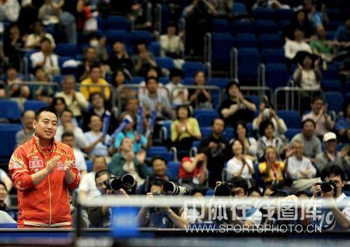 图文:马琳4-3险胜90后小将 刘国梁鼓掌助威
