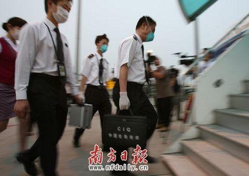 检验检疫局工作人员携检查消毒设备登机。吴伟洪 摄