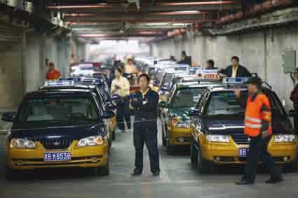 出租车司机正在北京西站地下出租车停候站等待叫号 摄/记者田宝希