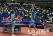 图文:李平/曹臻混双夺冠 李平赛后高举双臂