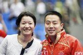 图文:马琳4比2晋级四强 刘国梁与女球迷合影