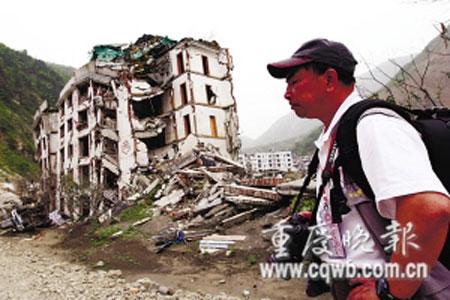北川老县城废墟前,广东摄影家心绪难平、动情落泪