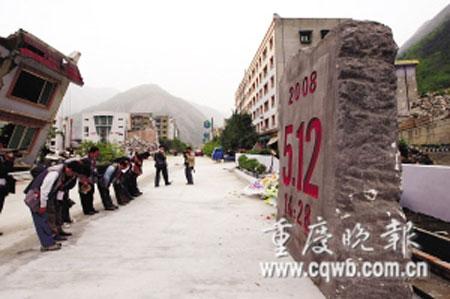 """北川老县城""""5·12""""地震遇难者纪念点,一群摄影家向死难同胞致哀"""