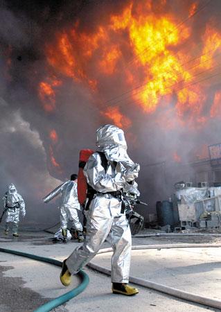 """消防战士与大火""""搏斗"""" 本组图片 本报记者 白桄 摄"""