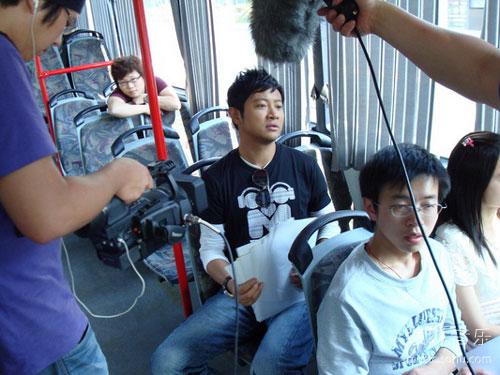 罗中旭在公车上召集到场观观众