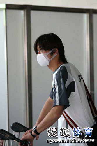 远藤保仁走出机场