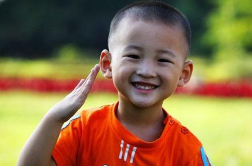 敬礼娃娃郎铮:笑脸是他现在最平常的表情(图)图片
