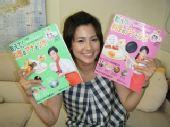 图文:世乒赛日本美女主播助阵 展示料理书籍