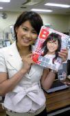 图文:世乒赛日本美女主播助阵 展示时尚杂志
