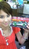 图文:世乒赛日本美女主播助阵 展示赛车玩具