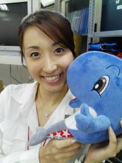 图文:世乒赛日本美女主播助阵 手拿可爱玩偶