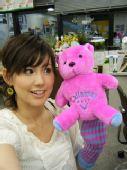 图文:世乒赛日本美女主播助阵 秀玩具熊