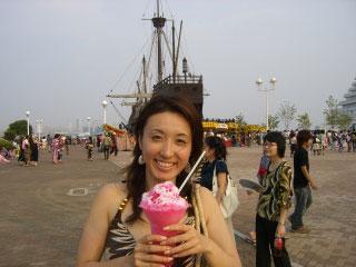 图文:世乒赛日本美女主播助阵 钟情冰激凌