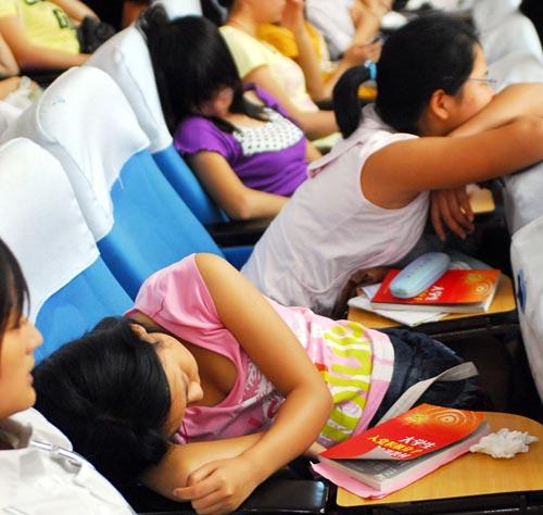 大学生参加五四报告会睡觉 姿态各异(组图)图片