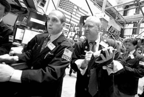 工作人员在纽约证券交易所交易