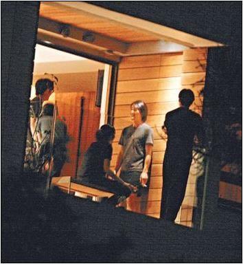入住新居,郑伊健与一帮男友人在阳台抽烟聊天
