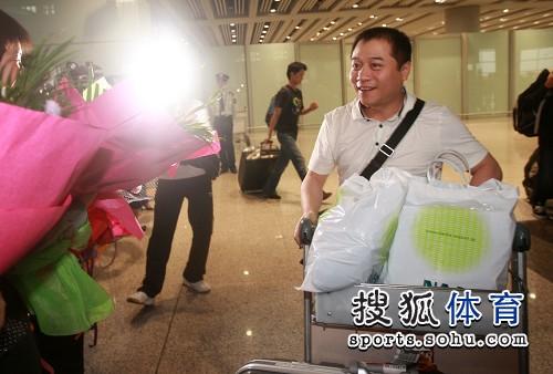 国乒回国乒乓宝贝接机 王涛接受欢迎