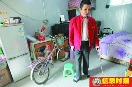 吴开鸿右腿残疾,在板房区,经过康复训练,已经可以不用轮椅,改用单拐慢慢行走。信息时报特派记者 巢晓 摄