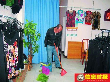 失去右臂的李刚,现在开了一个服装铺,生意由妻子打理,他只能看一下店铺,打扫一下卫生。信息时报特派记者 祝勇 摄