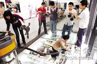 博物馆工作人员正摆放展品记者 史宗伟 摄