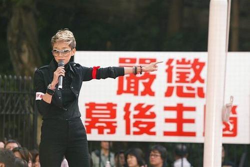 东周刊》事件当年曾促使包括梅艳芳、张国荣在内的多位大腕明星走上街头抗议