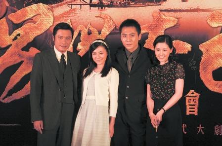 罗嘉良(左一)、刘烨(左三)在剧中出演父子