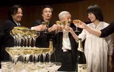 导演王晓鹰(左一)、国家大剧院副院长邓一江(左二)、国家大剧院戏剧艺术总监徐晓钟(左三)、演员袁泉(左四)等举杯