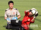 图文:[中超]长春备战北京 门将摘球