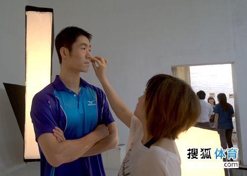 图文:国乒拍广告酷劲十足 王励勤在补妆