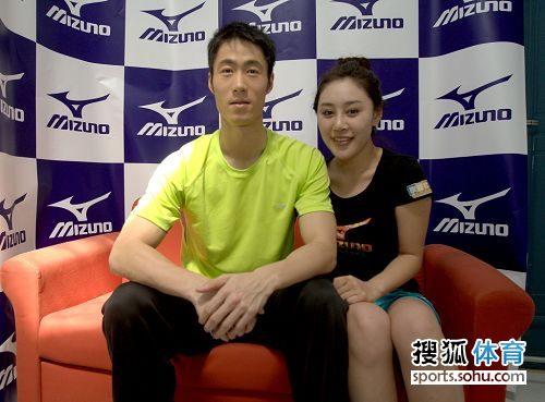 图文:国乒拍广告酷劲十足 美女偎依王励勤