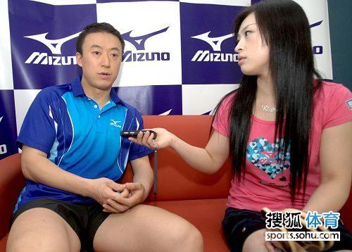 图文:国乒拍广告酷劲十足 马琳接受采访