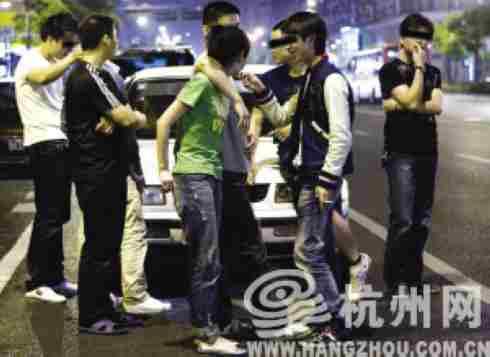 肇事司机的朋友事后赶到现场  见习记者 任烨 摄