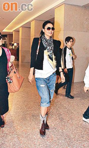 王菲近日频频出镜,日前赴香港扫货。