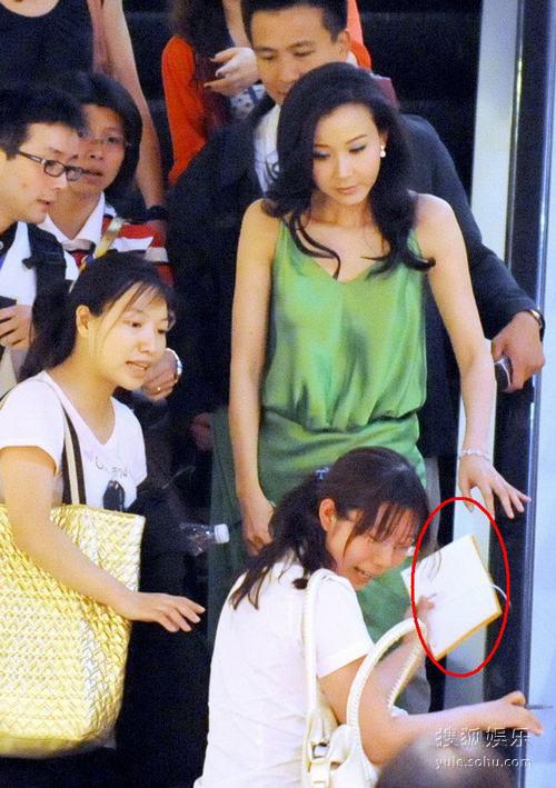粉丝在电梯上向萧蔷索要签名