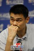 图文:[NBA季后赛]火箭战湖人 姚明思考着。。。
