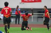 图文:[中超]成都2-1广州 大巴庆祝进球