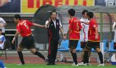图文:[中超]成都2-1广州 王宝山击掌庆祝