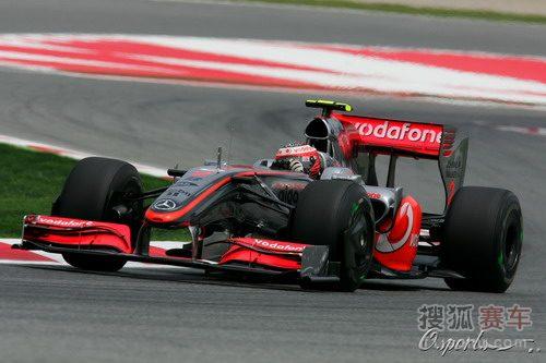 图文:F1西班牙站排位赛 科瓦莱宁驶过弯道