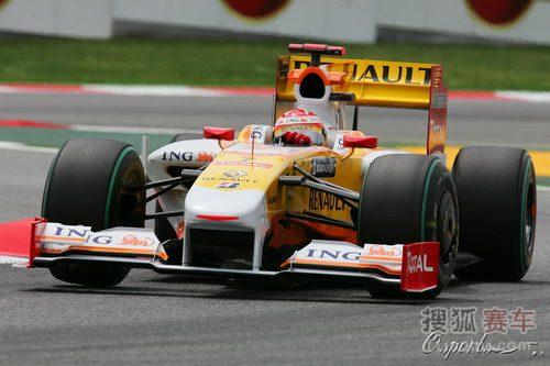 图文:F1西班牙站排位赛 阿隆索过弯瞬间
