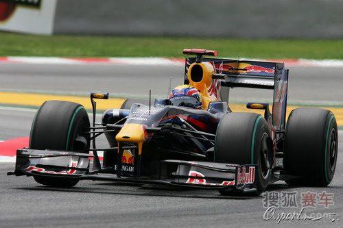 图文:F1西班牙站排位赛 韦伯过弯瞬间