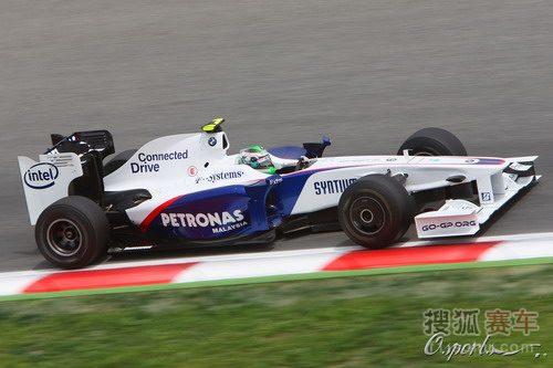 图文:F1西班牙站排位赛 海德菲尔德弯道行进