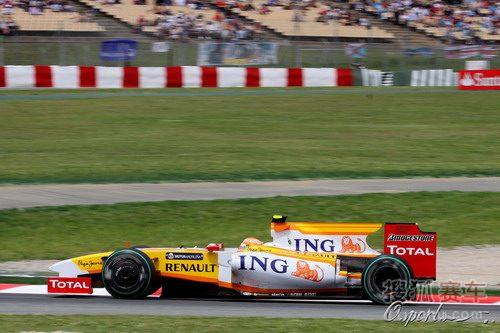图文:F1西班牙站排位赛 皮奎特在比赛中