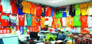 深圳球迷会里挂满不同时期国足和深足的队服,这是一笔不小的财富。