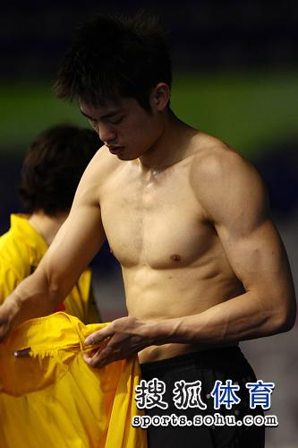 图文:苏杯中国队赛前训练 林丹结实的肌肉