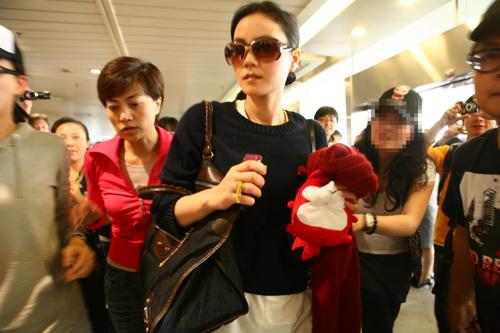 王菲抵达成都机场引来骚乱
