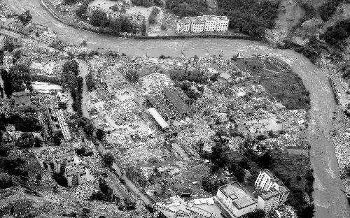 ...历史永远铭记 这是2008年5月14日航拍的地震后汶川县映秀镇. 新华...图片 124959 500x312